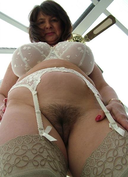 sexy-mature-posing-naked